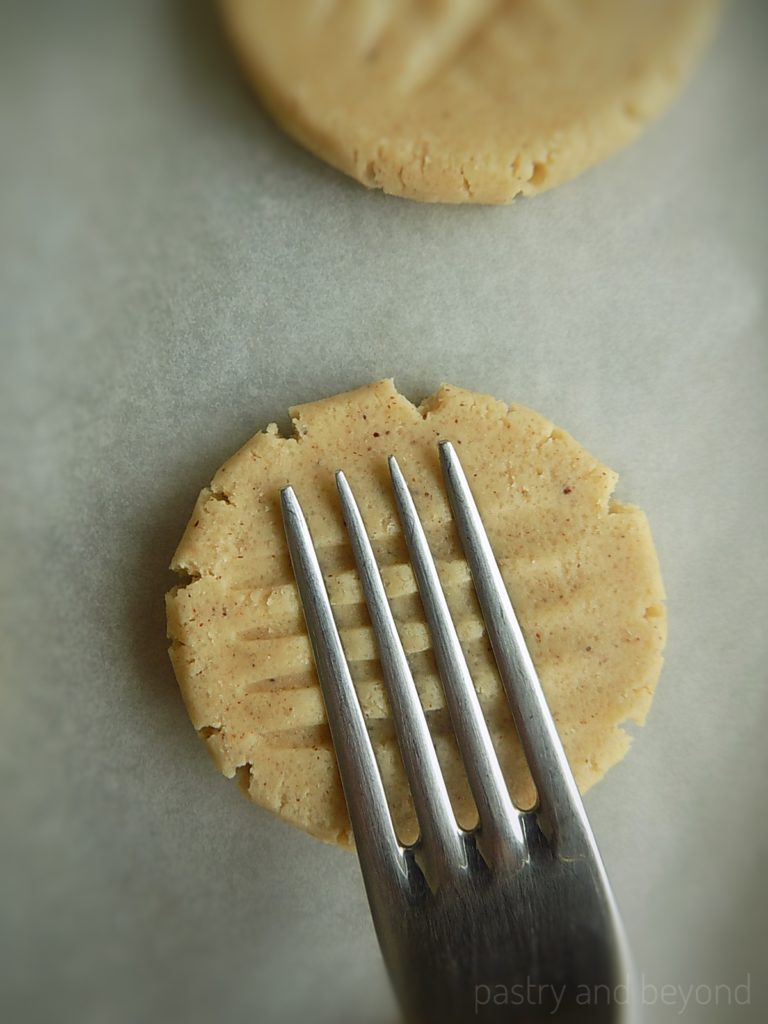 Steps of making Easy Cinnamon Cookies: Making criss-cross pattern with the back of a fork